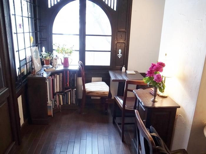 まるでパリのお家に遊びに来たかのような時間が流れている、素敵な空間。静かな雰囲気を楽しむことができます。オーダーはテーブルに置いてある鈴を鳴らすスタイル。