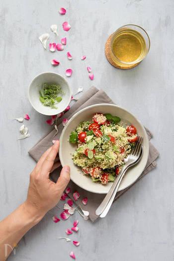それでは早速レシピに入っていきましょう!キヌアレシピと言ったら、やっぱりサラダが一番人気。このトマトときゅうり、アボガドの入ったキヌアサラダは、王道と言ってもいい食材の組み合わせで作れて、海外でも大人気です。フレッシュミントやタイムをちらせばほら、夏向けの爽やかキヌアサラダの出来上がりです。