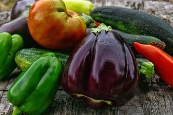 この時期に採れる野菜の多くは、夏バテ予防効果が期待できると言われる物が多く、カロチン(ビタミンA)やビタミンC、ビタミンE、カリウムなどを豊富に含みます。今回は、夏野菜のおすすめレシピをご紹介します。