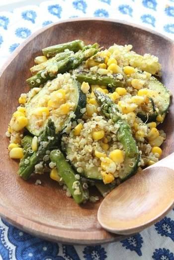 夏野菜が美味しいこのシーズンに、スーパーフード・キヌアとコラボレーションさせちゃいましょう。こちらはカレー風味で食欲もそそる一品です!