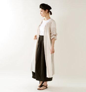 ワンピースとして着るだけで、スカートにもパンツにもフィットします。また、ボタンをはずして羽織るのもおすすめ。ふわりと揺れるコットンの軽やかさと透け感が魅力的です。