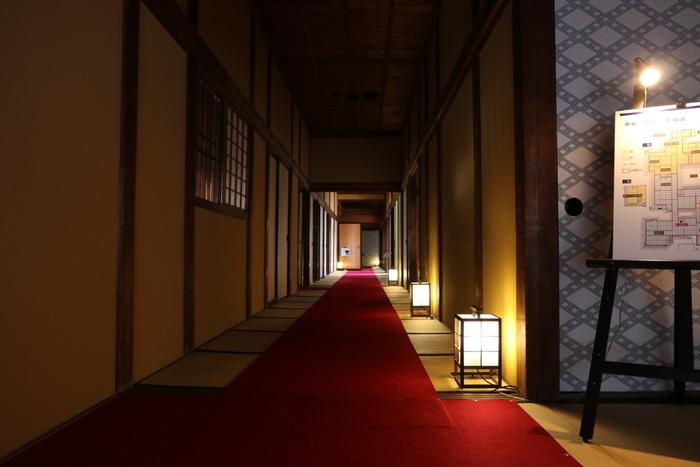 表門、主屋、土蔵7棟などからなる江戸末期における御殿建築の建物は、松代城と一体のものとして、国の史跡に指定されています。内部の見学の他、3番土蔵では松代文化財ボランティアの会による「体験工房」も開催され、切り紙や筝の演奏などが体験できるので、旅行に行く前に、真田邸土蔵ワークショップ カレンダーのページをチェックして開催日を調べておくとより充実した旅行になるかも。