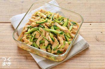 きゅうりとさっぱりした鶏胸肉と組み合わせて、夏でも食べやすいさっぱりサラダ風に。冷蔵庫で冷やし、味を馴染ませるのがおすすめです。