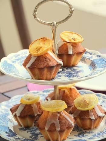 夏のおうち時間に、甘酸っぱい味わいの「プチ・レモンケーキ」はいかがでしょうか?卵、レモンの皮のすりおろし、麦粉、ベーキングパウダーを混ぜた生地を20分程焼きます。ポイントは、ケーキを冷ましてからアイシングや輪切りレモンを飾る事です。