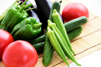 トマト、ナス、ピーマン、オクラ、きゅうりなど、「夏野菜」と呼ばれるものは、ハウス栽培などで一年中食べられる野菜も多いのですが、太陽の日差しをたっぷりと浴びた旬のこの時期ならではの栄養がたっぷり詰まっています。