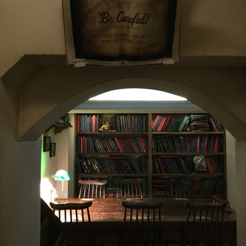 地下にある『天使のライブラリー』をテーマにしたイートインスペースは、秘密めいた図書館のようで行く価値アリです。
