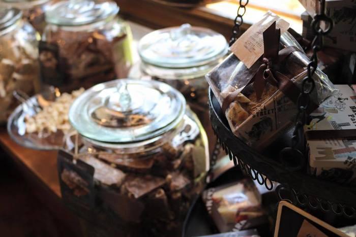 量り売り中心のいろいろなチョコレート。選んでいるだけで心が躍ります♪