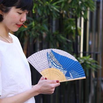 白いTシャツに映える「kata kata」のインパクト大!なくじら柄の京扇子。開くのが楽しくなるアイテムですね。