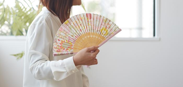 リバティプリント柄の扇子もおしゃれのアクセントにぴったりです。骨の色使いも洋風で、ワンピースなどのサマースタイルに似合うデザインです。