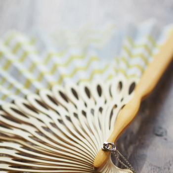「扇子」は、うちわが日本でアレンジされて生まれた物です。かつては、「扇子(せんす)」というのはたたまれた状態を指し、広げた時は「扇(おうぎ)」というように呼び方を使い分けしていました。