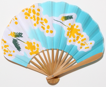 扇子には少し丸みのあるホタテ型の物もあり、普通の扇子よりもやわらかい印象を与えます。水色と黄色のコントラストが爽やかです。