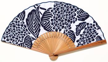 白地に藍の花柄は浴衣でもよく見かけますね。凜と涼しげで、和服にも洋服にもよく似合います。