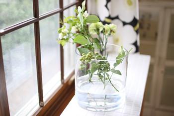暑い夏は、葉が蒸れて傷みが早くなったり、見た目も暑苦しい感じがする事も。花瓶一杯になるほどのボリュームで花を飾るのは避けましょう。大きめの花瓶に数本挿す程度でOKです。