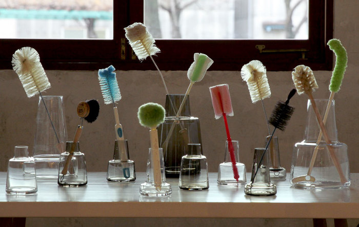 花瓶のお手入れも花の持ちに関わってきます。汚れた花瓶だとバクテリアが繁殖しやすいのでよく洗いましょう。