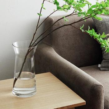 枝ものをさらっと生けたい時に、口のカーブでしなやかな角度が出せる大型のベース。高さが28センチで大きめサイズの花瓶が欲しい方におすすめです。