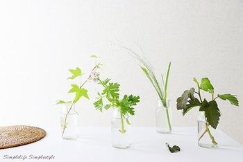 おすすめなのが、一輪挿しを複数個使う飾り方。簡単で、置き位置を変えれば同じ花でも変化が付けられます。