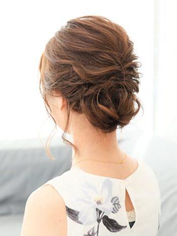 ヘアアクセサリーをつけないで仕上げる時は、両サイドや耳の後ろに、後れ毛を残すことで、華やかさがプラスされます。