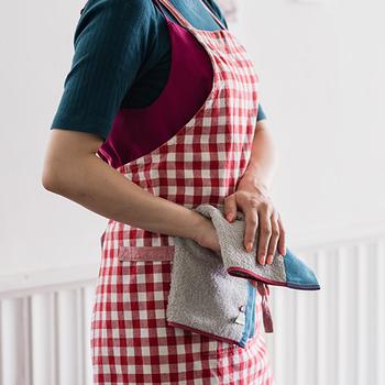 横34cm×縦35cm、重量48gと薄手てかさばらないので、バッグに入れて持ち歩きやすく、使い心地はふんわり。しかも、日本一のタオル産地である愛媛県今治で数々の厳しい品質基準をクリアしているので安全性もバッチリ。洗うたびにふんわり感が増してゆく使い心地の良いタオルは外出用だけでなく、食器拭きとしても活躍してくれます。