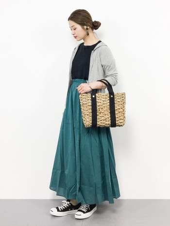 UV加工のパーカーを一枚羽織ったスカートルック。薄手だからかさばらず、脱いだらバッグの中にコンパクトにしまうことができます。夏のフェミニンコーデは、ロングスカートをチョイスして、脚も紫外線からガードすれば完璧です◎