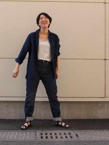 藍色のリネンシャツ×濃紺デニムパンツのボーイッシュカジュアルなスタイリングは、白インナーとサンダルで軽やかな印象に。前開きでざっくり羽織ることで、動くたびに風が通り抜け涼しさを感じられます。