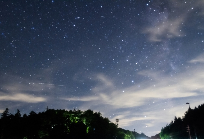天の川の南下の方に、蠍座やいて座が見える場合もあります。 秋には南の空の高いところに「秋の四辺形」が見えたり、冬になると南の空にはオリオン座が輝きます。季節によって表情を変える星空の中から、お目当ての星や星座を探すのも楽しいですね。