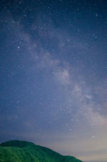 七夕の物語で登場する「天の川」。はっきりとした綺麗な天の川を見たことがある方は少ないのでは。細かい星が集まって川のように見える「天の川」は、街灯が多い都市部ではほとんど見ることができません。 また、夏に見つけたい星と言えば「夏の大三角」。東の空の高いところにある琴座のベガ(織姫星)、そこから「天の川」をまたいで明るく光る鷲座のアルタイル(彦星)。この2つの星と、白鳥座のデネブをつなぐと「夏の大三角」になります。