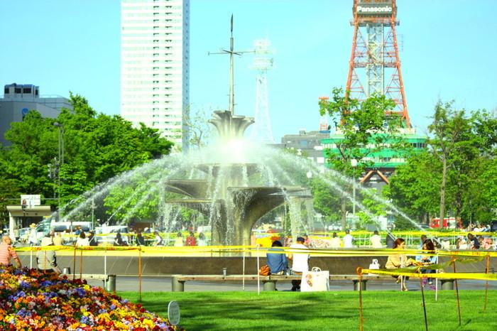 日本の都市景観100選や日本の道100選などにも選ばれる「大通り公園」は、日本を代表する公園。1870年代に火災予防のために造られたのが始まりと、その歴史は古く、年間通して沢山のイベントが行われています。 春~夏にかけては札幌の木やライラックの花が美しく咲き誇り、よさこいソーラン祭りやビアガーデンで公園内は賑わいをみせます。