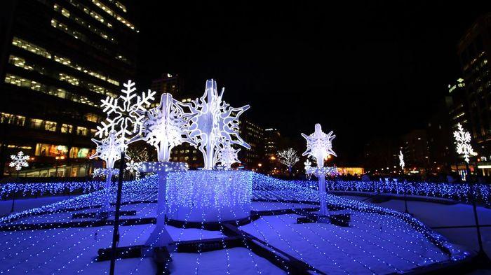 また、札幌の冬といえば、札幌雪まつり。3ヶ所ある会場の中でも大通り公園はメインの会場となっていて、雪まつりや、姉妹提携都市でもあるミュンヘンクリスマス市、ホワイトイルミネーションを目当てに、札幌市民はもとより、全国各地から毎年多くの観光客が訪れています。