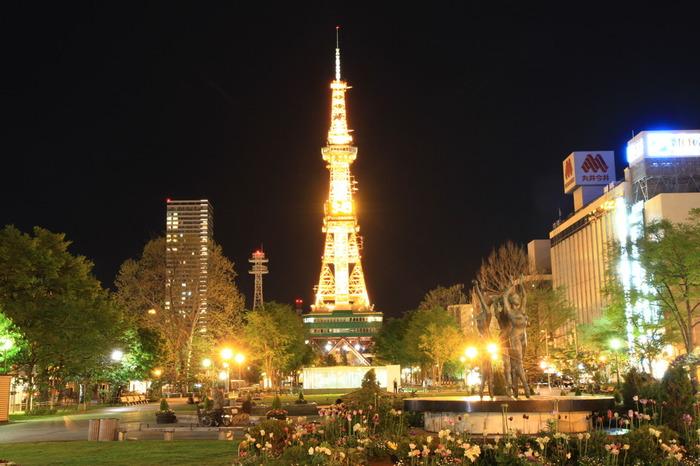 天気の良い日には、大通り公園以外にも、大都市として栄える札幌の周辺に360度広がる山々や、石狩の海も見ることができ、眺望は抜群です。夜になりライトアップされたテレビ塔もとても美しく、思い出の一枚として、写真におさめてみてはいかがでしょう。