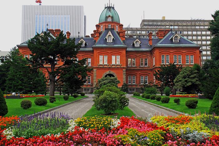 札幌市の中心部に建つ「北海道庁旧本庁舎(赤れんが庁舎)」は、明治時代に建てられたレンガ造りがひときわ目を引く、札幌の定番観光スポット。初夏から秋にかけて広い敷地内のお庭には四季折々、たくさんの花が咲き、札幌市民にとっての憩いの場としても親しまれています。 「赤れんが庁舎」「赤れんが」などの愛称で呼ばれている「北海道庁旧本庁舎」は、北海道開拓のシンボル、札幌のシンボルとしても有名。国の重要文化財にも指定され、明治21年(1888)から約80年もの長きにわたり道政を担う役割を果たしてきました。
