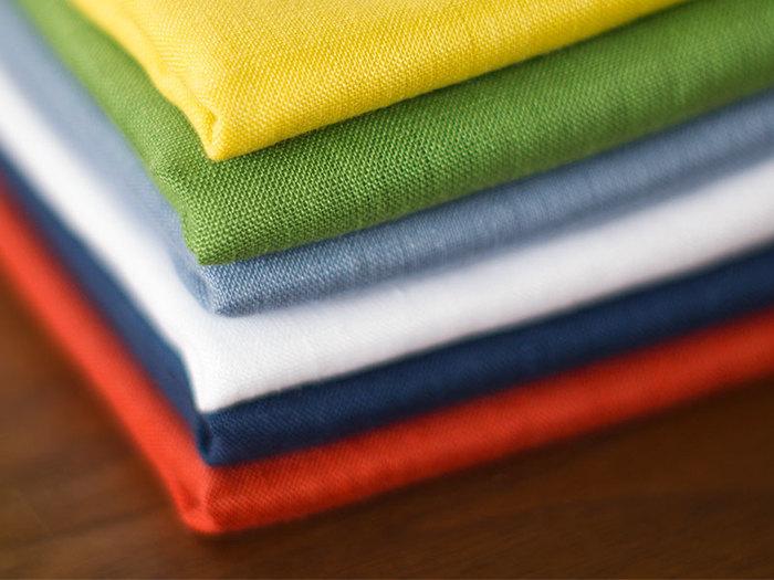 少し光沢のある上品な色合いが素敵なハンカチは、リネン60番手のタテ糸と、美しく染められた66番手のヨコ糸を織り合わせることで、洗いざらしのふんわりした風合いに仕上がり、肌触りも抜群で、約44cm角の大きさは、大きすぎず小さすぎず使い勝手の良いサイズです。