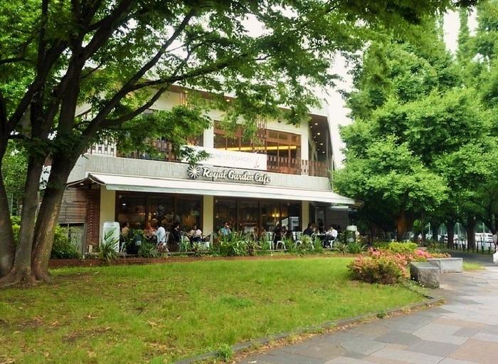 2008年、青山通り(国道246号)と絵画館を結ぶ交差点の近くにオープンした、屋内外合わせて180席を擁するカフェ。
