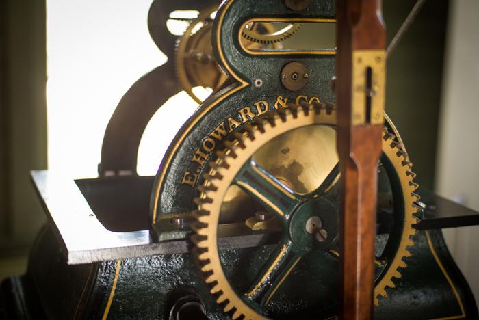 原型のまま現在も時を刻み続ける日本最古の時計塔としても知られています。時計台を訪れたら、是非、内部にも足を延ばしてみましょう!内部には、アメリカのハワード社にて1928年に造られた、時計台の時計と同じものが展示されています。