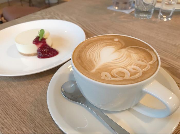 シンプルで温かみのある店内では、同じくシンプルながらも丁寧に作られたコーヒーやサンドイッチ、スイーツなどをいただくことができます。