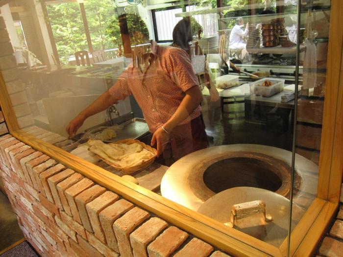 「アズールムーン」は、「ラリック美術館」から徒歩1分(仙石案内所バス停から徒歩3分)に位置する、本格的インドカレーが味わえるお店です。本場インドから直輸入したスパイスを、ふんだんに使用したカレーは、コクがありスパイシーと評判。