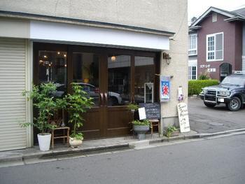 仙台駅から歩いて15分。一枚の看板が目印の隠れ家カフェ「Sweet Spice Asano」では、人の温かみ・温もりが溢れる空間やインテリアを心から楽しむことができます。