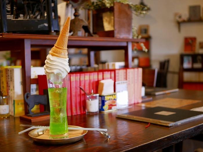 何度見ても驚くのが、こちらのメロンソーダ。ソフトクリームがコップに刺さっていて、目で見ても楽しめます。実は天気によって色がかわるんだとか。