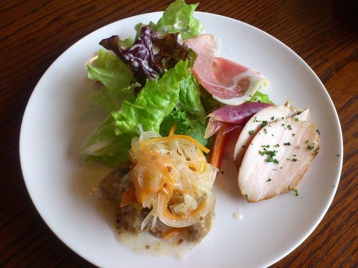 「ル・ヴィルギュル」は、本格的なフレンチスタイルでありながらも、気軽に入れるビストロスタイルのお店です。地元野菜や新鮮な旬の食材を使った料理は、本店同様に美味しいと評判。 【「ランチコース」のスモークチキンや生ハム、魚のマリネが盛り合わされた『前菜』】