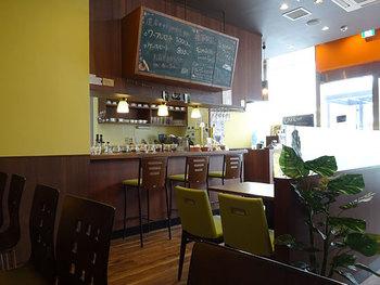店内に入ると、パンとコーヒーの良い匂いが漂ってきます。緑と木目を基調とした落ち着いた店内には、穏やかで優しい空間が広がっています。