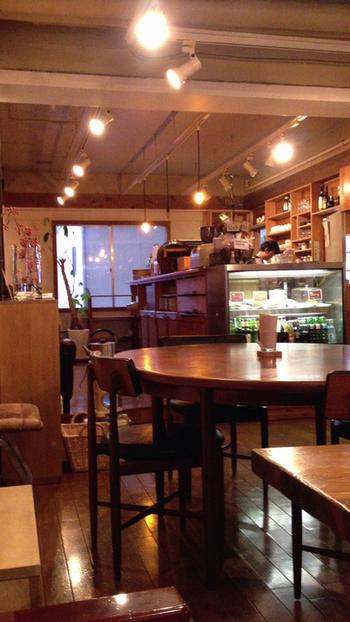 仙台駅の東口からすぐの階段を登った先にあるのは、居心地のよい隠れ家カフェ。こじんまりとした広さながら大きな窓があり、ゆったりと過ごすことができますよ。