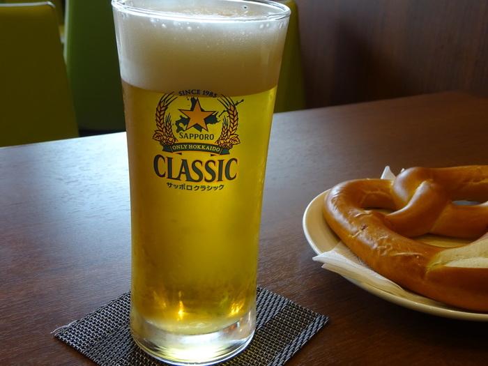 ココマメヤでは、コーヒーだけではなく、大きなプレッツェルや地場産のソーセージなどのおつまみとともに、北海道を代表するビールであるサッポロクラシックも味わえます。 北海道らしい青く高い空とカラっとした澄んだ空気とともに、こんな贅沢な一杯も味わってみてはいかがでしょうか。