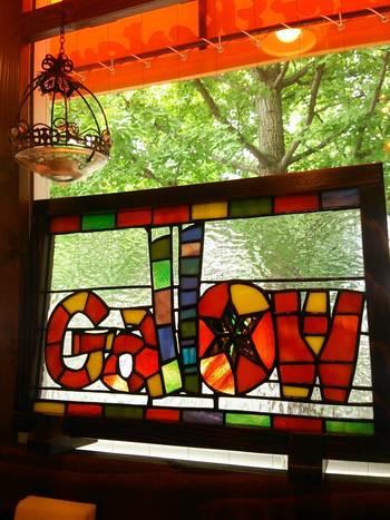 店名が施されたステンドグラスに癒される店内。日中も光の差し込み方が柔らかく、優しい時間を過ごすことができます。