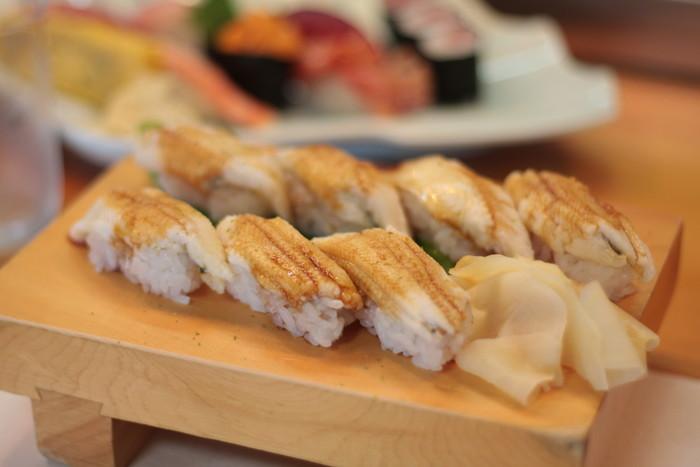 毎朝沼津港から仕入れる新鮮なネタで握る寿司は、リーズナブルで美味しいと評判。 ランチの人気は、上質で新鮮な鯖をつかった、店主こだわりの『さばの押し寿司』。さば寿司は秋冬限定メニューなので、その他の季節なら、旬の魚介が堪能できる『にぎり寿司』や『ちらし寿司』。特にオススメなのが、新鮮な穴子をふっくらと煮上げた『穴子寿司』です。