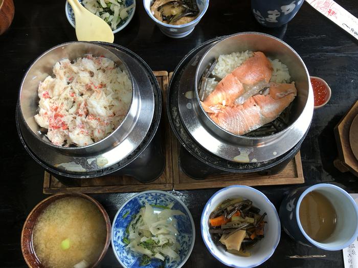 和食が好みなら、大涌谷の温泉も楽しめる「かま家」へ。先に紹介した「はこねずし」の斜向いに店があります。  「かま家」は、昔ながらの佇まいの釜飯専門店。 メニューはシンプルに、かに・とり・貝・穴子・しゃけ・エビ等などの海鮮の中心の釜飯数種。釜で炊き上げたご飯は、具材の旨味と出汁がご飯に染み込み、鍋底のオコゲも香ばしく風味豊か。付け合せの手造りのお菜も味良く、ボリュームも満点です。 【画像左『カニ釜飯』、右『鮭いくら親子釜飯』】