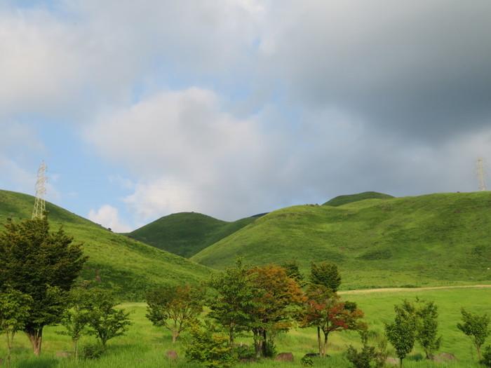 """阿蘇外輪山の西側にある標高1095mの""""俵山""""は西原村のシンボル。米俵を重ねた形に見えることから、その名前が付けられたそうです。"""