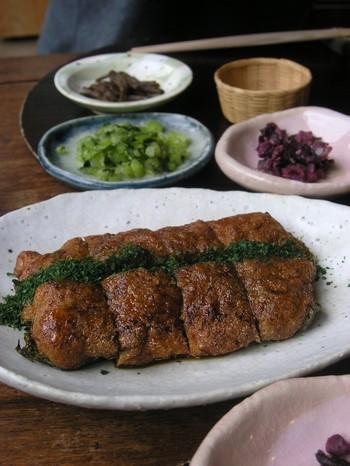 """店では、他に「自然薯の蒲焼膳」や「自然薯づくし」のコース料理、一品料理が各種揃っています。  """"とろろ汁""""は、日本の食文化と風土が結晶した古くから親しまれている味の一つ。自然薯は、滋養強壮、美肌効果がある食材で、漢方でも使われています。疲れを感じている方は、とろろ汁をしっかり味わって英気を養いましょう。  【画像は、擦り下ろした自然薯を揚げてから蒲焼き風に焼き上げた一品料理「自然薯の蒲焼」。モッチリとした自然薯の食味とタレの味わい、青のりの風味が秀逸と人気。】"""