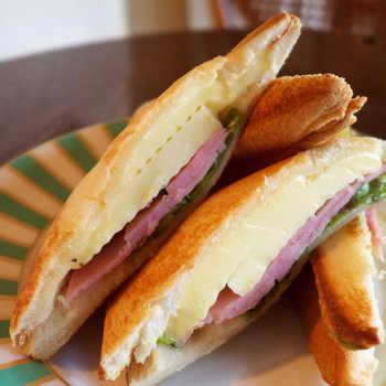 ランチにおすすめのクロックムッシュはチーズのボリュームたっぷり。シンプルな存在感ながらも、ブラックコーヒーとの相性もばっちりです。