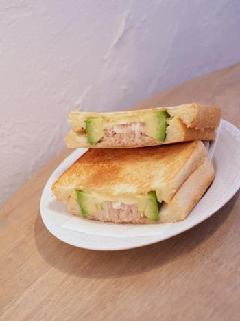 断面が美しいサンドイッチは、アボカドとツナをサンド。お好みでソルトをかけて頂くことができます。