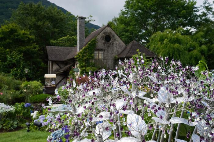 「箱根ガラスの森美術館」は、貴重な収蔵品を並べた内部だけでなく、外部の西洋風庭園や野外作品も魅力。  欧風の館も、クリスタル・グラスを用いた数々のオブジェも、アジサイやバラなどの季節の花々も、大涌谷を眺望する自然景観に良く溶け込んで、素晴らしい情景を生み出しています。【7月中旬の庭園】