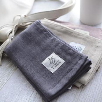 日本のタオル産業発祥の地である大阪・泉州地域で作られた綿100%のハンドタオルは、厚みを抑えた4重ガーゼで作られた、ふわふわなのにかさばらない大人のハンドタオルに仕上がっています。